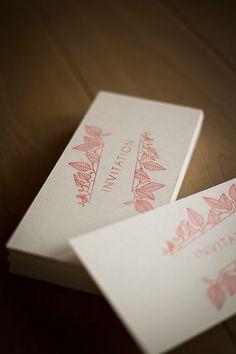 Carton d'invitation Letterpress. Format 210×100 Papier en feutre de laine 500gr Impression recto-verso une couleur: rouge-orangé #letterpress #creation