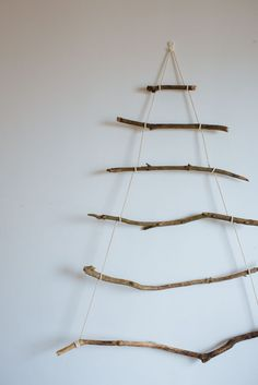 This Christmas, let's opt for a sustainable way to celebrate the holiday and learn how to make your own DIY Branch Christmas Tree at home! Stick Christmas Tree, Hanging Christmas Tree, Alternative Christmas Tree, Christmas Fun, Homemade Christmas Decorations, Scandinavian Christmas Decorations, Natural Christmas, Rustic Christmas, Christmas Projects