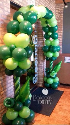 This is a great arch for a budget with a high impact! #balloonsbytoomy #chicago