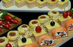Aperitive pentru sarbatori si ocazii speciale Appetizer Salads, Appetizers, Food Art, Sushi, Waffles, Diy And Crafts, Pudding, Cheese, Cooking
