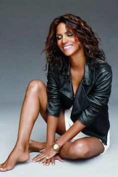 49 Sexy Halle Berry Feet Pictures will get you all sweating with the hotness Halle Berry Sexy, Halle Berry Style, Hally Berry, Sexy Ebony Girls, Beautiful Black Women, Simply Beautiful, Divas, Dame, Hollywood
