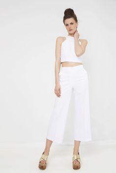 Παντελόνα κοντή φαρδιά - Αμάνικο σκαφτό στους ώμους κροπ τοπ  http://mustb.fashion/katastima/panteloni/zip-kilot-pantelona-me-tsepes/