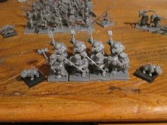 Rompe-escudos (Shieldbreakers). La caja de inicio de Kings of war dice que vienen 10, pero sólo se pueden armar 8, o dejar incompleta la unidad con escudos. Al lado, los marcadores de mastín de guerra (throwing mastiffs). Mantic, minis