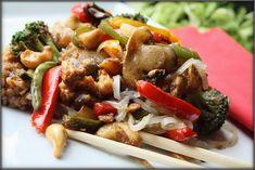 Choochla: Makaron ryżowy z kurczakiem, warzywami i orzechami nerkowca Kung Pao Chicken, Chili, Ethnic Recipes, Food, Chili Powder, Chilis, Meals, Chile, Yemek