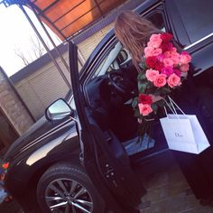 Pin by ♡madiha♡ on ✨stylishgirlzdpz✨ in 2019 Girls With Flowers, Love Flowers, Rich Lifestyle, Luxury Lifestyle, Roses Tumblr, Birthday Goals, Girl M, Luxe Life, Rich Girl