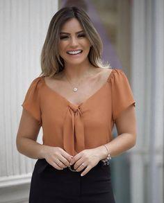 {Summer Wishes} Details! Dress Neck Designs, Blouse Designs, Green Velvet Dress, Moda Chic, Office Looks, Blouse Dress, Blouse Styles, Work Attire, Feminine Style