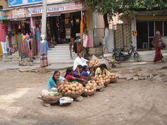 #magiaswiat #puthaparthi #podróż #zwiedzanie #indie #blog #indie #rzekaczitrawati #salamedytacyjna #szpital #posagibogów #wioska Indie, Street View, Asian, Blog, Blogging