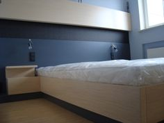 zabudowa sypialni, górny panel, komódki oraz łóżko, zostały wykonane z dębu bielonego. Panel za łóżkiem oraz cokoły wykonane z mdfu lakierowanego.