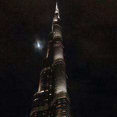 Velkommen til Dubai! Vi starter på toppen med verdens højeste bygning, Burj Khalifa med sine 828 meter. Det er et must at se og umuligt at undgå, når du besøger Dubai. www.apollorejser.dk/rejser/asien/de-forenede-arabiske-emirater/dubai
