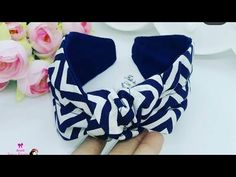 TIARA TURBANTE COM NÓ - YouTube Diy Baby Headbands, Fabric Headbands, Diy Hair Bows, Diy Headband, Fabric Flower Tutorial, Fabric Flowers, Alice Band, Diy Hairstyles, Sewing Projects