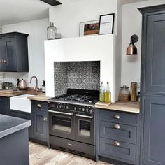 True Method for Step up Your Kitchen Style with the Latest Design Trends for 2019 - myriadinspira Kitchen Cabinets Decor, Home Decor Kitchen, Kitchen Flooring, New Kitchen, Home Kitchens, Dark Kitchens, Dark Blue Kitchen Cabinets, Shaker Style Kitchen Cabinets, Modern Country Kitchens