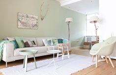 In aflevering 8 van het nieuwe seizoen zorgt styliste Marianne Luning er voor dat Simone en Steven weer verliefd worden op hun huis. #vtwonen #programma #sbs6 #interior #styling #weerverliefdopjehuis #livingroom #couch #pillows #green #carpet