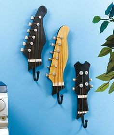 Upcycling is so much fun, people are so creative. Today we have repurposed guitars.how cool, amazing ideas for upcycling and repurposing . Guitar Wall Hooks, Guitar Hanger, Guitar Shelf, Music Themed Rooms, Piano Design, Old Musical Instruments, Music Bedroom, Diy Bedroom, Diy Vintage