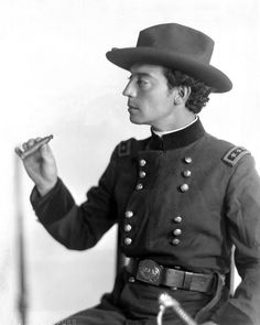 "Buster Keaton in the silent film ""The General"" 1926 Classic Movie Stars, Classic Movies, Vintage Hollywood, Classic Hollywood, Hollywood Images, Hollywood Cinema, Hollywood Icons, Vintage Glam, Hollywood Stars"