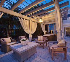 pergola avec rideaux -blancs-pergola-adossée-chaises-bois-fauteuils-tressés