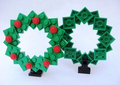 Lego wreath- just picture (no directions) Lego Christmas Ornaments, Lego Christmas Village, 3d Christmas, Christmas Decorations To Make, Lego Disney, Lego Winter, Lego Store, Lego Design, Legos