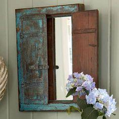 壁に窓のようなミラーを飾ることでちょっぴりお部屋にアクセントを。