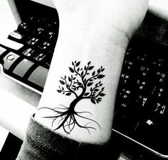 awesome Tree Tattoo - Great designs for tree tattoos made with henna! Trendy Tattoos, Tattoos For Women, Cool Tattoos, Neue Tattoos, Body Art Tattoos, Henna Tattoos, Samoan Tattoo, Polynesian Tattoos, Flower Tattoos
