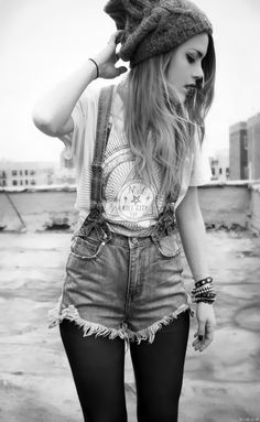 Inspired by streetwear, these denim short overalls give your outfit a total casual-urban feel by matching it with a grey beanie, graphic tee and grunge accessories. Back to basics! Mode Hipster, Hipster Grunge, Hipster Shirts, Hipster Outfits, Hipster Fashion, Mode Outfits, Grunge Outfits, Grunge Fashion, Grunge Style