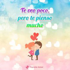 Enamorada pareja dándose un beso con frase de amor