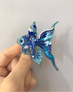 No photo description available. Handmade Beaded Jewelry, Brooches Handmade, Bead Embroidery Jewelry, Beaded Embroidery, Bead Crafts, Jewelry Crafts, Marine Style, Do It Yourself Jewelry, Beaded Animals