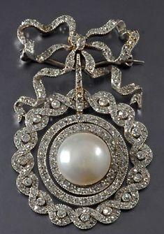 Edwardian diamond & pearl brooch #DiamondBrooches #antiquejewelry