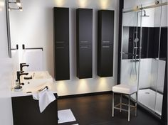 Belle ambiance pour cette salle de bains classique avec baignoire en fonte à lancienne. Peinture, papier peint et carrelage sont en totale harmonie. On aime le placard qui offre de nombreuses possibilités de rangements. Réf. baignoire royale en fonte