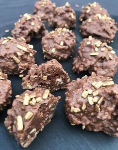 Hjemmelavet Ferrero Rocher Homemade Chocolate, Chocolate Desserts, Fun Desserts, Real Food Recipes, Cake Recipes, Snack Recipes, Yummy Treats, Yummy Food, Snacks