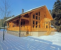 fi: Escandinavia: esta casa de troncos tiene una superficie total de 279 m² y . Log Cabins Uk, Cheap Log Cabins, Log Cabin Homes, Cabins In The Woods, Wood Cabins, Scandinavia House, Log Shed, Log Home Designs, Simple House