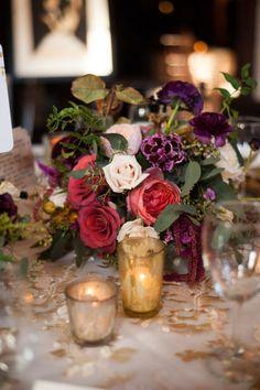 Arranjos florais para casamento: Em #casamentos à noite, fica perfeita a combinação de arranjos florais com velas - Craig Photography