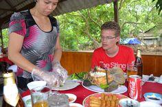 De Vietnamese keuken is een gevarieerde keuken. Een van de bekendste gerechten is de spring roll. Je zult vast en zeker tijdens je reis leren hoe je deze moet maken. Je zult veel vis eten maar een andere specialiteit is slang. Tip; eet het niet voor het slapen, het eten van dit vlees kan je namelijk de hele nacht wakker houden!