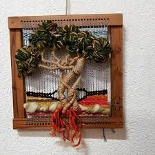 Resultado de imagen para como armar un telar con un marco de madera Tapestry Weaving, Loom Weaving, Textiles, Woven Wall Hanging, Make And Sell, Grapevine Wreath, Textile Art, Fiber Art, Lana