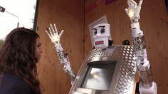 Cuando nos imaginamos el futuro, pensamos en autos voladores o en teletransportación, pero no en un robot sacerdote como este. RT se ha acercado a Wittenberg para recibir su bendición electrónica.