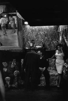 Valparaiso, Chile 1963 by Sergio Larrain Gordon Parks, Walker Evans, Henri Cartier Bresson, Fade To Black, Black And White, Famous Books, Foto Art, Famous Photographers, Magnum Photos