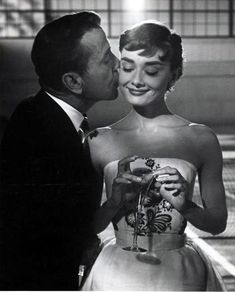 Humphrey Bogart & Audrey Hepburn in Sabrina, Directed by Billy Wilder. She is simply perfect rosedarling: Humphrey Bogart & Audrey Hepburn in Sabrina, Directed by Billy Wilder. She is simply perfect Old Hollywood, Golden Age Of Hollywood, Classic Hollywood, Hollywood Style, Audrey Hepburn Outfit, Sabrina Audrey Hepburn, Audrey Hepburn Movies, Audrey Hepburn Bedroom, Aubrey Hepburn