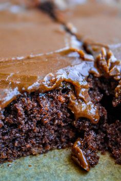 This Texas Sheet Cake recipe is THE ONE, you guys! Sour cream, brown sugar, and extra cocoa make this the BEST chocolate sheet cake of your life! Sour Cream Cookies, Sour Cream Chocolate Cake, Chocolate Cake From Scratch, Chocolate Frosting Recipes, Sour Cream Cake, Sheet Cake Recipes, Cake Recipes From Scratch, Picnic Desserts, Pear Cake