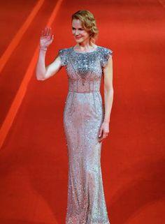 """A atriz Nicole Kidman usou um vestido coberto de lantejoulas e brilhos para ir ao Festival de Cinema Internacional de Xangai, neste sábado. A estrela, que promove o filme """"Grace de Mônaco"""", recebeu um prêmio por sua contribuição para o cinema Foto: STR / AFP"""