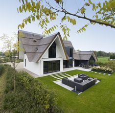 This design is a contemporary translation of a compact thatched villa. - This design is a contemporary translation of a compact thatched villa. The anthracite colored frame - Garden Architecture, Futuristic Architecture, Beautiful House Plans, Beautiful Homes, Villas, Different House Styles, Classic Garden, New House Plans, Toscana