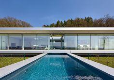 Villa K en Alemania - La piscina cruza el volumen principal.   Galería de fotos 5 de 13   AD MX