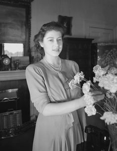 Photograph, White, Snapshot, Standing, Black-and-white, Photography, Bouquet, Vintage clothing, Monochrome photography, Smile, Pictures Of Queen Elizabeth, Young Queen Elizabeth, Queen Pictures, Queen Mother, Queen Mary, Princess Margaret, Princess Diana, Reine Victoria, Princess Photo