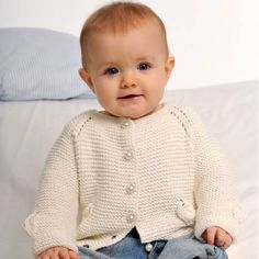 Er der en sød baby i dit liv kan du forkæle vedkommende med denne råhvide strikket sag eller et lille tæppe i dine yndlingsfarver.