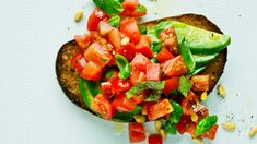 Bruk gode tomater til å lage en sprø bruschetta med avokado. Passer perfekt som forrett eller mellommåltid.