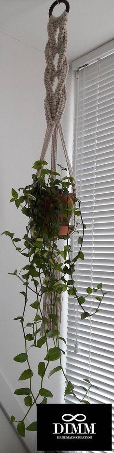 Macramé plant hanger in de kleur lime groen / appel groen, macrame plant holder, macrame pot holder. Handgemaakt door mij, geknoopt met 6 mm polyester touw / koord op een houten ring. In de plant hanger zit een mooie grote houten kraal verwerkt. Grootte: 108 cm (42,52) Diameter houten
