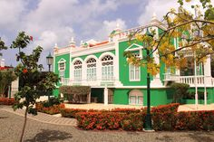 JB03: De bijzondere architectuur en de vrolijke kleuren die gebruikt worden voor de huizen in Oranjestad komen op deze foto mooi tot uiting.