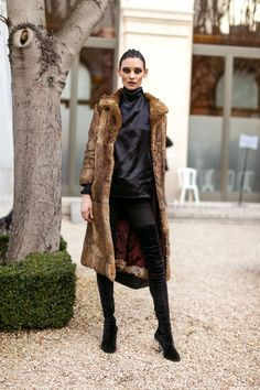 Paris Fashion Week Street Style Fall 2017 - Street Style at Paris Fashion Week 2017 Street Style 2017, Autumn Street Style, Street Style Women, Fur Fashion, Paris Fashion, Models Off Duty, Her Style, Passion For Fashion, Autumn Winter Fashion