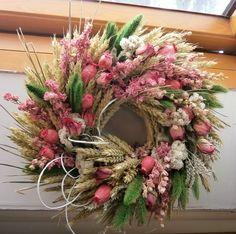 V barvě cukrové vaty... Něžný věnec v růžových odstínech růží, ostrožky. máků...Průměr 35cm.
