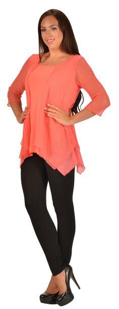 Superbe tunique de couleur Corail avec pardessus en filet incruster de petites paillettes brillantes attacher au niveau des épaules. De ligne A ce vêtement pour femme camoufle les rondeurs.