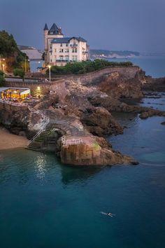 Biarritz is a city on de Bay of Biscay, on de Atlantic coast in de Pyrenees Atlantiques department, Pays Basque, Aquitaine_ France