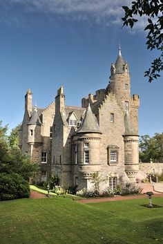 edinbugh Scotland, apts.~ I'd love to visit that castle in Scotland!!! Why  how is this considered an apartment?!