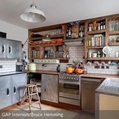 Retro Vintage Küche mit Küchenschränken in verschiedenen Farben ...